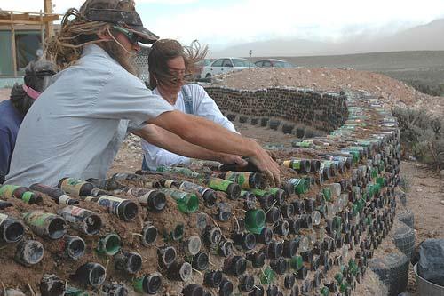 На фото запечатлен процесс возведения «бутылочной стены».