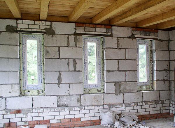 Над дверными и оконными проемами обязательно крепятся либо металлические уголки, либо железобетонные блоки