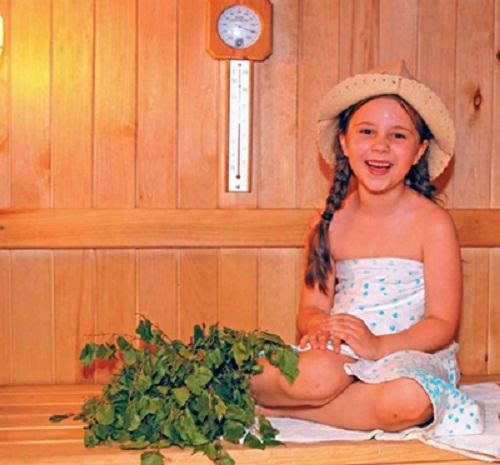 Настенные часы для бани с термометром, расположенные в парной – незаменимые атрибуты, особенно, если в парной находятся дети.