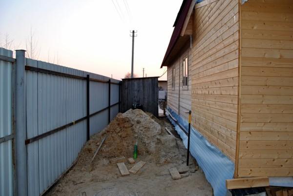 Не стоит экономить место между баней и забором во избежание нарушения норм и требований
