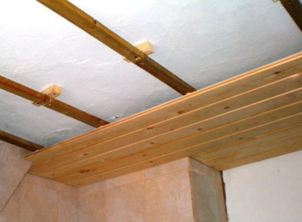 Обшивка потолка деревянной вагонкой
