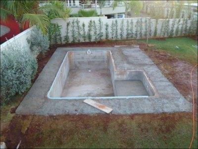 Одновременно можно забетонировать и площадку вокруг бассейна