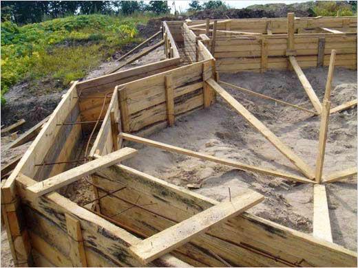 Опалубку строят из фанеры или доски и тщательно укрепляют.