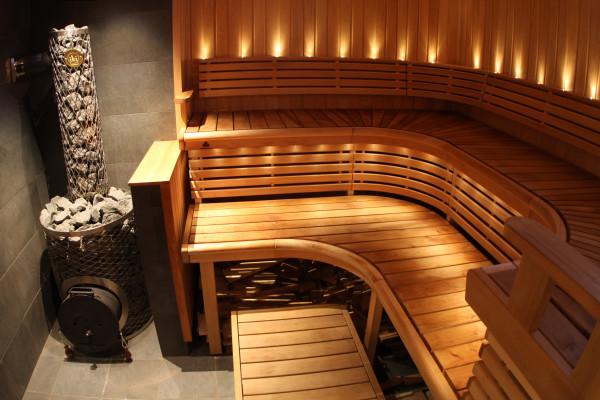 Оригинальный интерьер парилки, который предполагает совмещение древесины и плитки из натурального камня