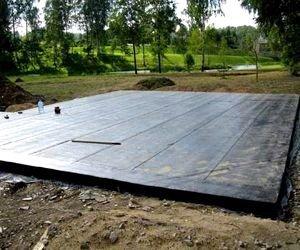 Основание в виде плиты с нанесенным слоем гидроизоляции