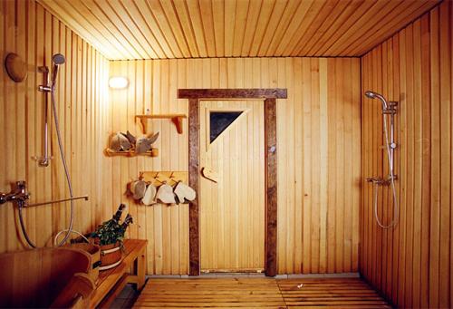 Отделка моечной деревянными рейками