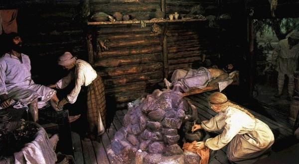 Печь, обложенную камнями, ставят посреди парной комнаты.