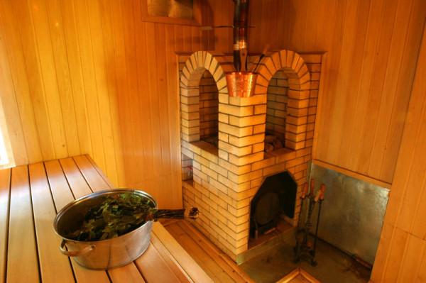 Печь расположенная в дальнем углу помещения