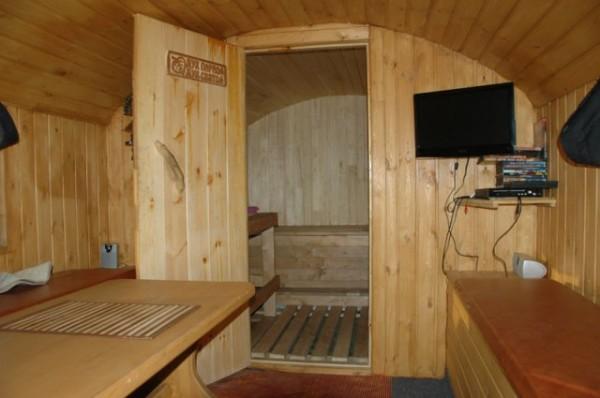 Переоборудованный кунг от ГАЗ 66 в баню с телевизором