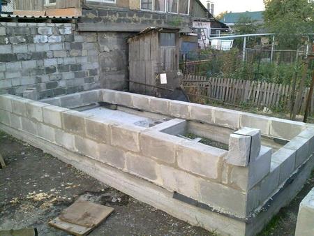 Первые ряды бани, уложенные на гидроизоляцию