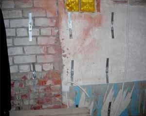 Первый этап из основных – фиксация металлических подвесов. Вот если бы стена была более тщательно обработана теплоизолирующей штукатуркой, было бы ещё лучше