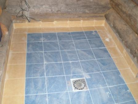 Пол из плитки в моечной комнате