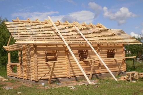 После сборки стропил строение приобретает черты будущей бани.