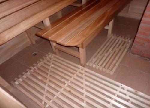 Поверх плитки можно уложить деревянные решетки, чтобы ноги не скользили