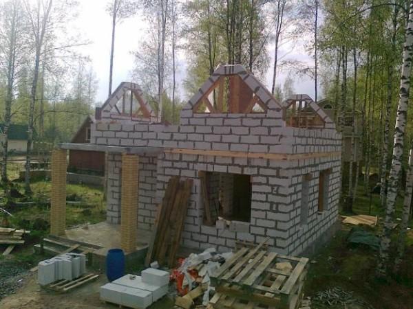При строительстве бани из блока перекрытия лучше все же делать из железобетонных плит, в том случае, если планируется второй этаж или мансарда