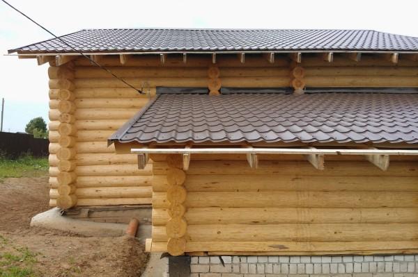 Пристроенная баня к дому из оцилиндрованного бревна