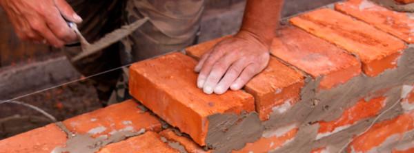 Привычные работы с раствором и кирпичом займут основное время работы, поэтому надёжный инструмент будет одним из главных факторов успеха всего строительства