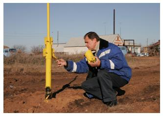 Производить ввод газовой трубы в строение могут только специальные службы, в штате которых имеются сотрудники с определенным образованием и квалификацией