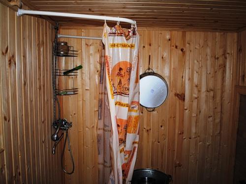 Простая душевая в деревянной бане