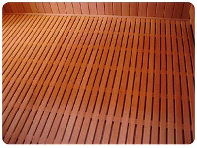 Протекающий деревянный пол.
