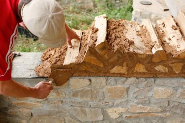 Процесс кладки стен из глиночурки прост и незамысловат.