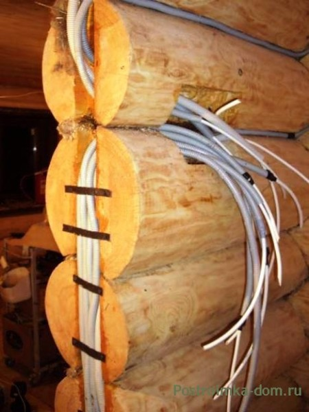 Расположение проводки в брусовой конструкции с использованием защитной гофры