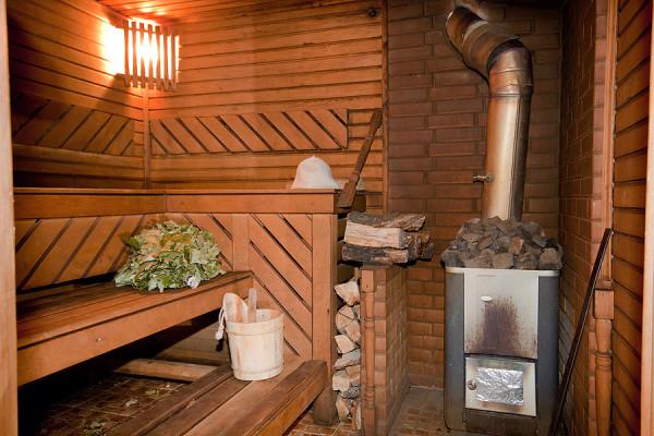 Растопленная дровами парильня готова к использованию