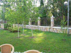 Регламентируется не только расстояние от бани до границы участка, но и расстояние от деревьев до ограды