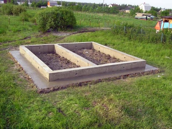 Сделанный ленточный фундамент под баню 6х4 своими руками на дачном участке