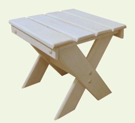 Складная мебель для бани удобна тем, что ее можно вынести для проветривания на улицу.