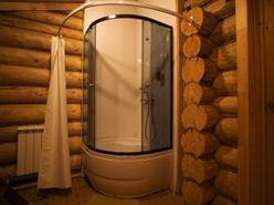 Современная душевая кабинка в деревянной бане