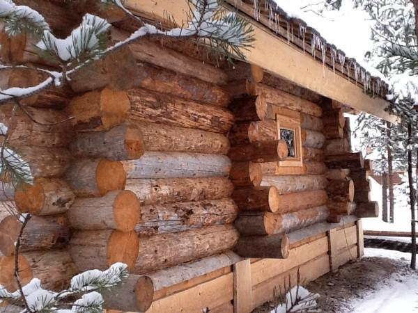 Стены часто оставляют в первозданном виде, чтобы подчеркнуть необычность строения.
