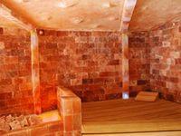 Стены из соляных блоков в парилке.
