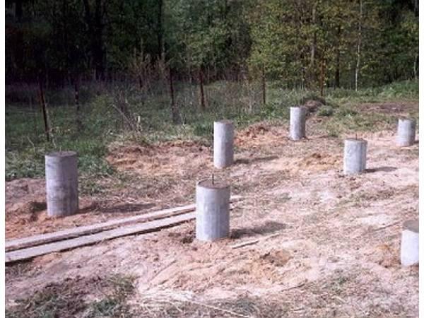 Столбики, уже готовые к установке новой бани