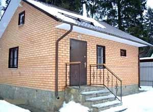 Строим баню из кирпича – и это обязательно полноценное сооружение «на века», которое может стать украшением участка рядом с жилым домом
