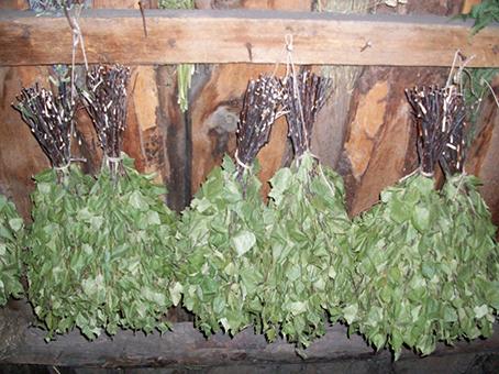 Сушатся ароматные букеты вниз листвой