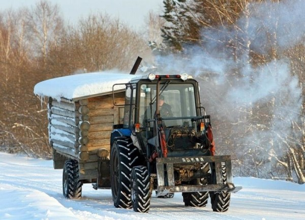 Такую баньку на прицепе к трактору можно перевезти в нужное место по зимнему бездорожью.