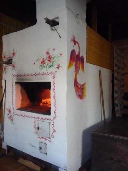 Традиционная побеленная печь.