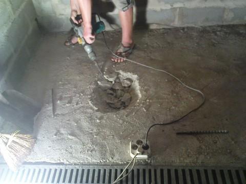 Трапы и систему слива нужно установить заранее, чтобы не пришлось проделывать отверстия в новом полу