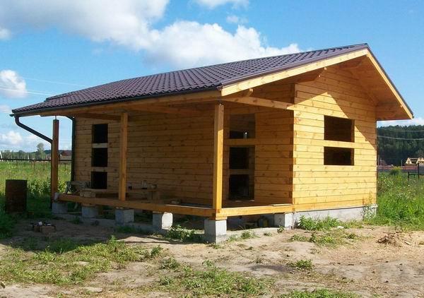 Удлиненный скат крыши служит козырьком веранды