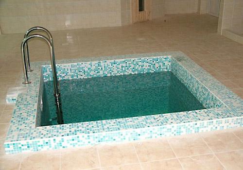 Углубленная конструкция внешне напоминает бассейн.
