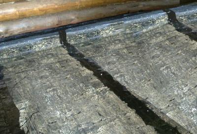 Укладка гидроизоляции из рубероида с заделкой стыков битумом