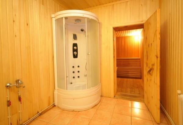 Установка стандартной душевой кабины в бане возможна при наличии водопровода с холодной и горячей водой.