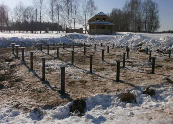 Установка винтового фундамента зимой