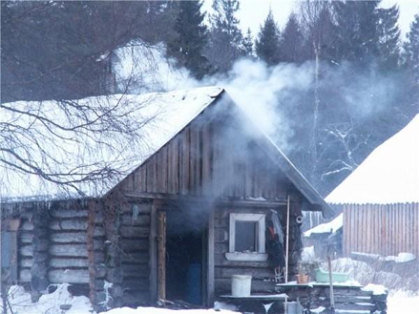 В бане по-черному дым выходит через дверь либо через окно