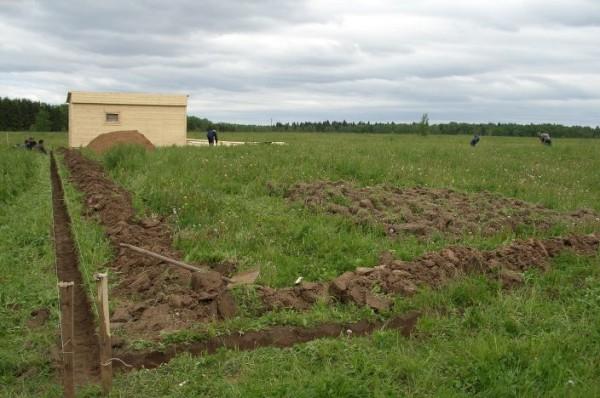 В соответствии с планировкой выкапывают канавы с запасом по ширине.
