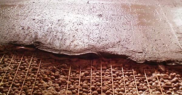 Зачастую при утеплении пола керамзитом используется армировочная сетка для придания дополнительной прочности стяжке