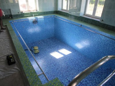 Заглубленный бассейн, отделанный мозаикой