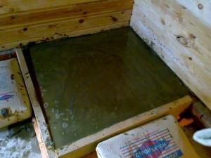 Заливаем яму бетоном. Сверху можно сделать опалубку из досок, чтобы края были ровные, и уровень плиты был приподнят.