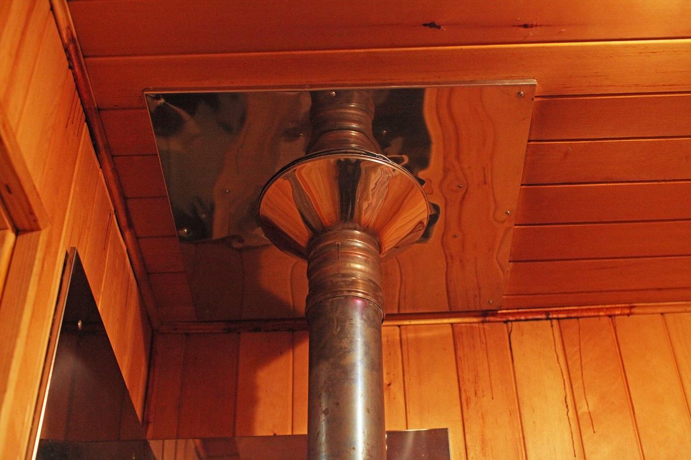 Защитная система для прохождения трубы через потолок